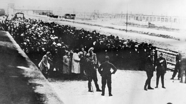 Первые заключенные транспортируются в Освенцим, созданный 27 апреля 1940 года по распоряжению Генриха Гиммлера