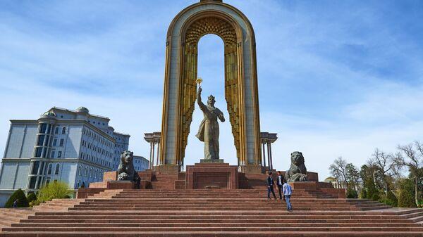 Монумент в честь Исмаила Самани на площади Дусти в Душанбе