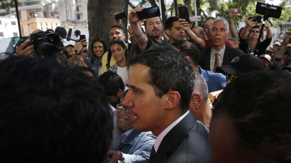 Спикер парламента Венесуэлы и лидер оппозиции Хуан Гуаидо, провозгласивший себя временным президентом страны общается с прессой и сторонниками