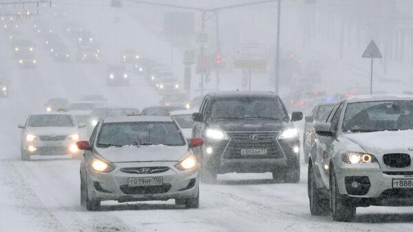 Дорожное движение во время снегопада на Ленинском проспекте в Москве