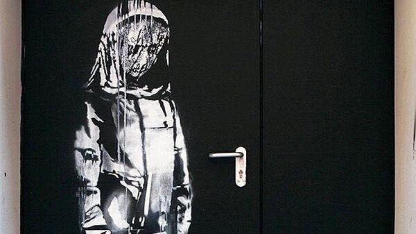 Работа уличного художника Бэнкси, сделанная в память о жертвах теракта 13 ноября 2015 года на двери запасного выхода из парижского концертного зала Батаклан