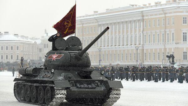 Танк Т-34-85 на параде в честь 75-летия снятия блокады Ленинграда на Дворцовой площади в Санкт-Петербурге. 27 января 2019