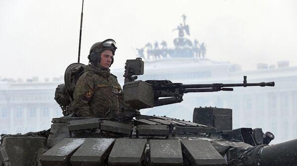 Военнослужащий в танке Т-72Б3 на параде в честь 75-летия снятия блокады Ленинграда на Дворцовой площади в Санкт-Петербурге. 27 января 2019