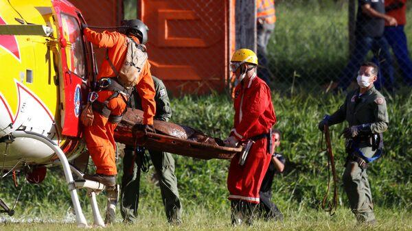 Спасатели на месте прорыва плотин на шахте корпорации Vale в муниципалитете Брумадинью в Бразилии
