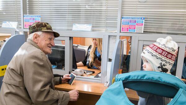 Посетители клиентской службы Главного управления Пенсионного Фонда РФ № 7 по г. Москве и Московской области