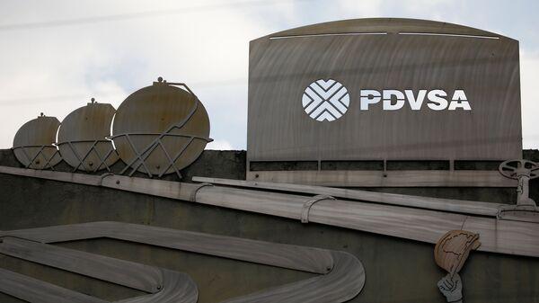 Логотип государственной нефтяной компании PDVSA на здании штаб-квартиры в Каракасе, Венесуэла