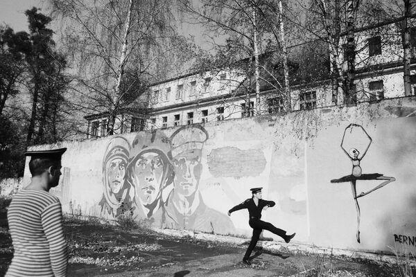 Борис Регистер. На плацу. Пос. Знаменск, Калининградская область. 2011. Собрание МАММ