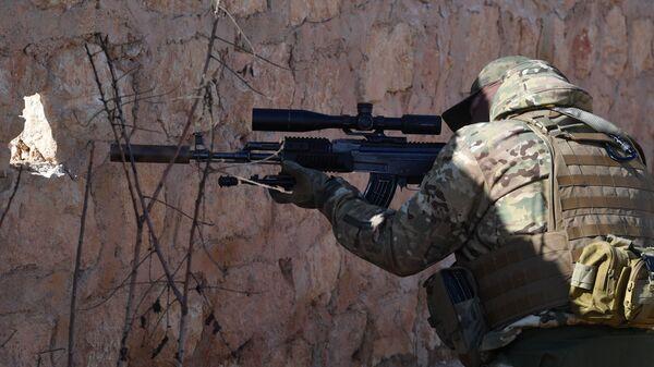 Российский инструктор на позициях сирийского ополчения напротив Джебхат-ан-Нусры* в пригороде Алеппо