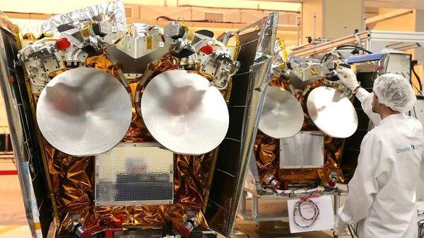 Спутники в лаборатории компании OneWeb