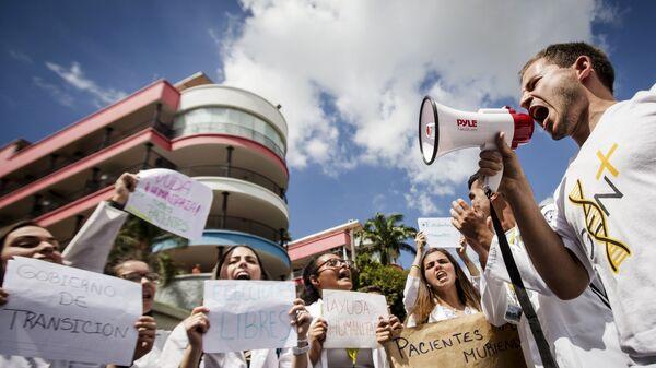 Митингующие сторонники лидера оппозиции Хуана Гуаидо в Каракасе. 30 января 2019