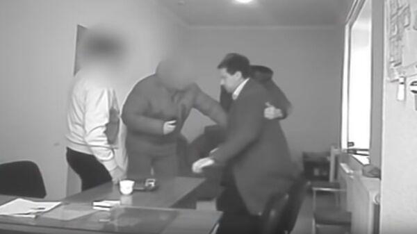 СК разместил видео с задержанием двух камызякских чиновников