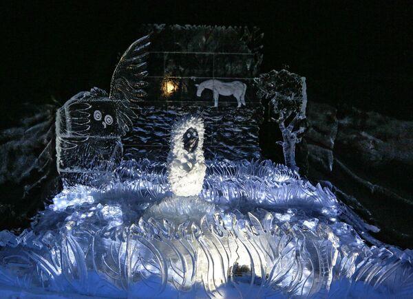 Ледяная скульптура в Снежной деревне в городе Апатиты Мурманской области