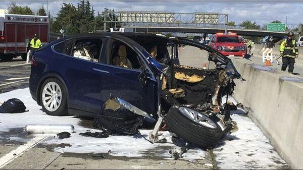 Потушенный после аварии автомобиль Tesla