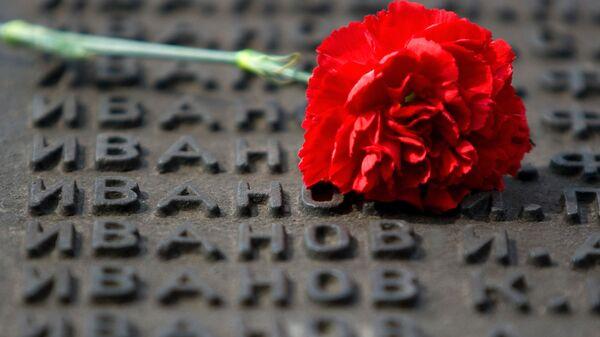 Цветы на мемориале