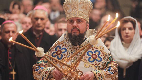 Глава новой церкви Украины Епифаний во время интронизации в Софийском соборе Киева, Украина