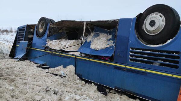 На месте дорожно-транспортного происшествия в Бабынинском районе Калужской области, где произошло опрокидывание пассажирского автобуса