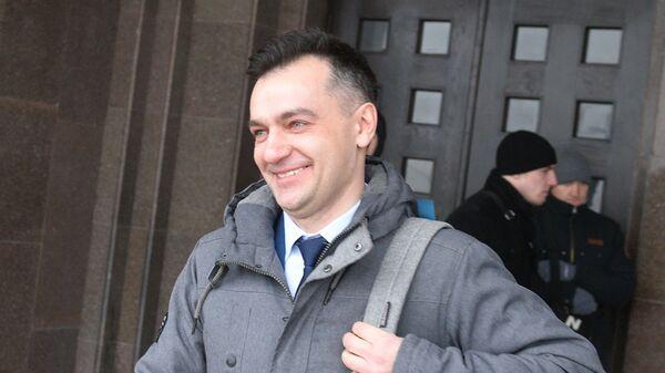 Кандидат на пост президента Украины от партии Сила людей Дмитрий Гнап у здания Центральной избирательной комиссии в Киеве