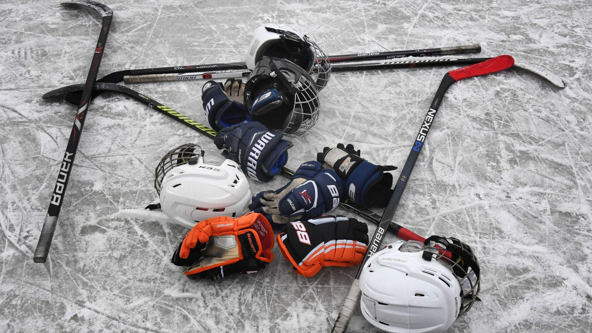 Клюшки, шлемы и перчатки на льду - РИА Новости, 1920, 08.01.2021