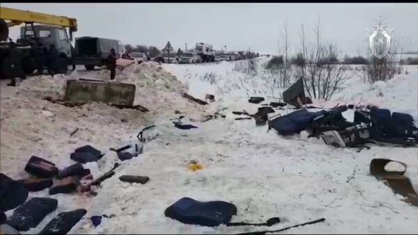 Обломки пассажирского автобуса, перевернувшегося на автомобильной дороге в Бабынинском районе Калужской области.