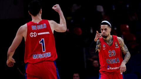 Баскетболисты ЦСКА Нандо де Коло (слева) и Дэниел Хэкетт