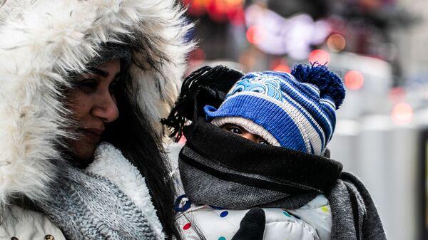 Женщина с ребенком в холодную погоду.