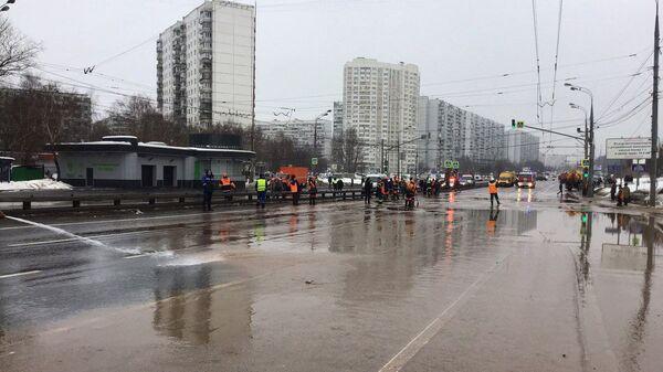 Городские службы ликвидируют последствия подтопления на юге Москвы вблизи МКАД – ЦОДД. 4 февраля 2019