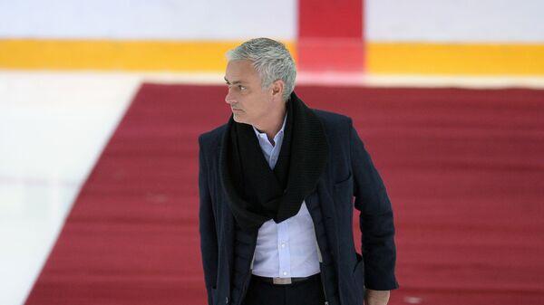 Жозе Моуринью перед символическим вбрасыванием шайбы в матче Авангард - СКА