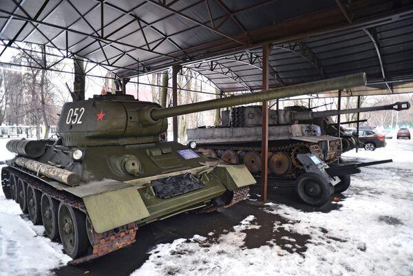 Экспозиция бронетехники на территории киноконцерна Мосфильм