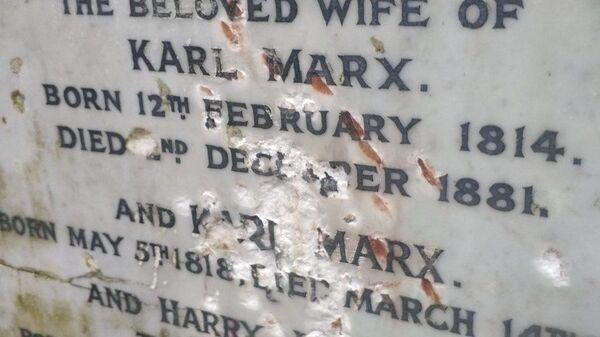 Поврежденная плита на могильном памятнике Карлу Марксу в Лондоне