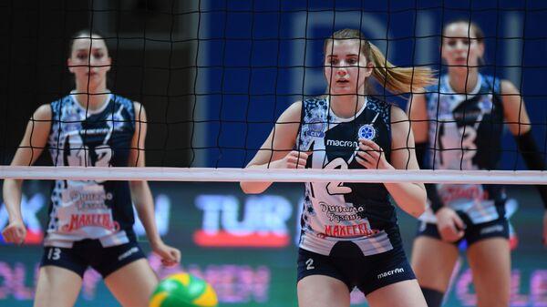Игроки ВК Динамо-Казань Евгения Старцева (слева) и Анастасия Бавыкина (справа на втором плане)