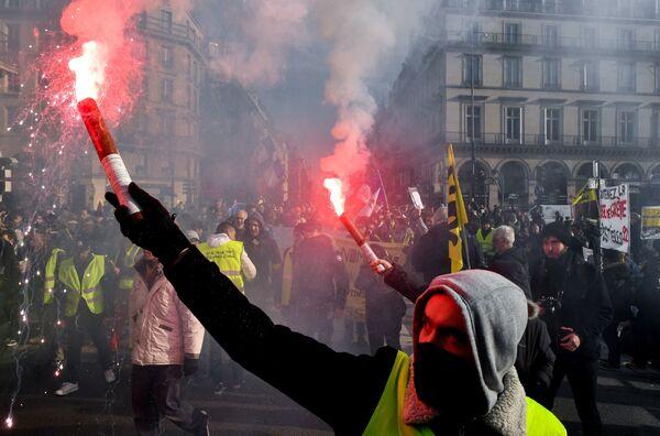 Участник всеобщей забастовки во Франции на улицах Парижа