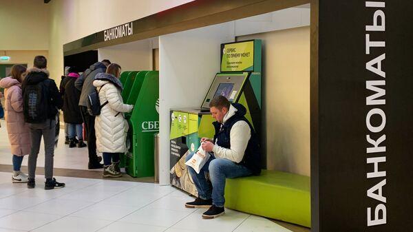 Клиенты у банкоматов Сбербанка
