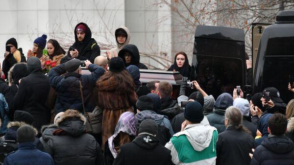 Вынос гроба с телом рэпера Децла после церемонии прощания в Центральной клинической больнице в Москве