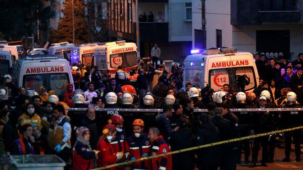 Автомобили скорой помощи рядом с местом обрушения жилого дома в Стамбуле
