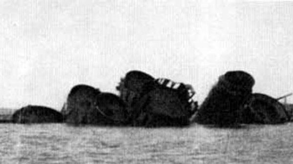 Выступающие из воды части потопленного советской авиацией крейсера ПВО Ниобе. Гавань порта Котка