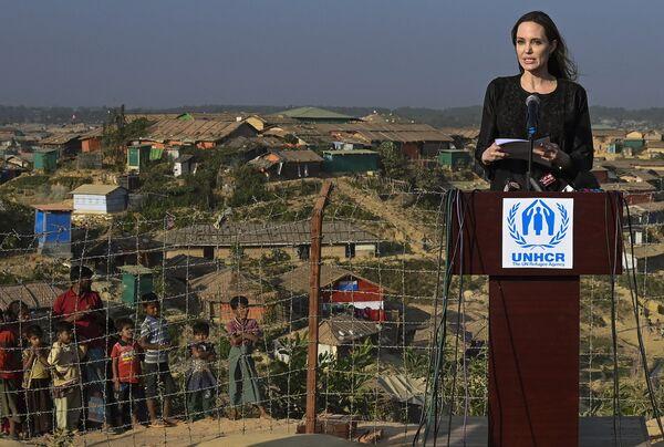 Специальный посланник ООН по делам беженцев Анджелина Джоли во время визита в лагерь для беженцев Рохинджа в Бангладеш