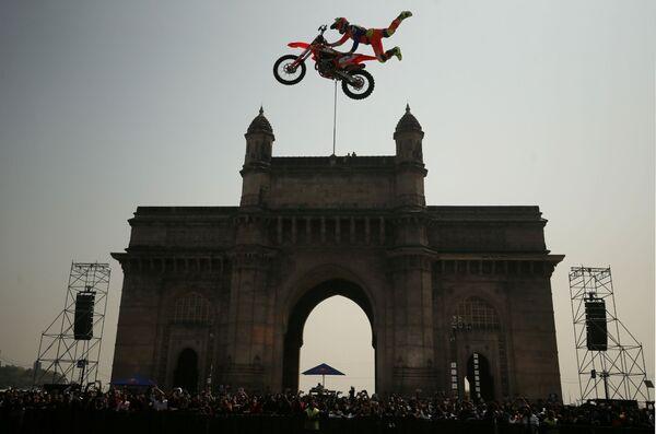 Алексей Колесников во время выступления на соревнованиях по фристайл-мотокроссу Red Bull FMX Jam в Мумбаи, Индия