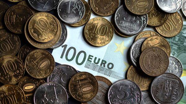 Российские рубли и купюра Европейского союза
