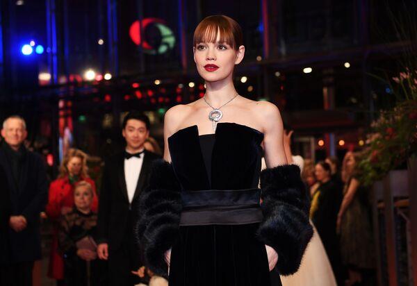 Актриса Эмилия Шуле на красной дорожке церемонии открытия 69-го Берлинского международного кинофестиваля Берлинале - 2019