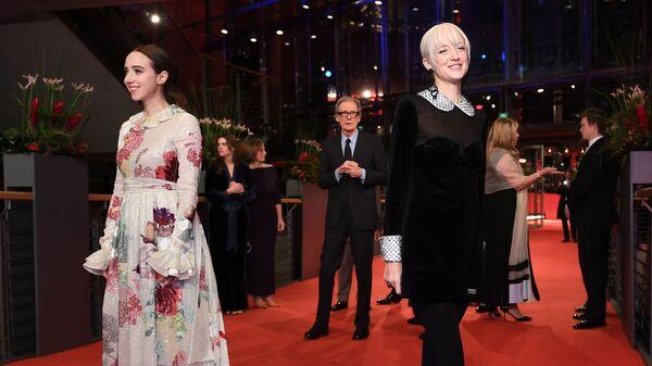 Актрисы Зои Казан (слева) и Андреа Райзборо на красной дорожке церемонии открытия 69-го Берлинского международного кинофестиваля Берлинале - 2019