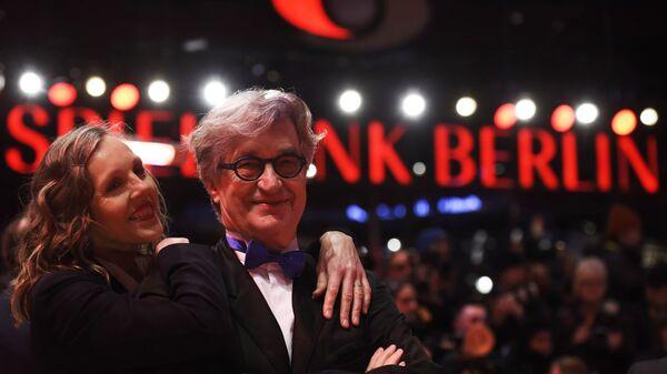 Немецкий режиссер Вим Вендерс и его супруга Доната Вендерс на красной дорожке церемонии открытия 69-го Берлинского международного кинофестиваля Берлинале - 2019