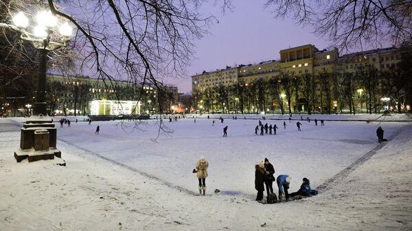 Люди катаются на коньках на Патриарших прудах в Москве