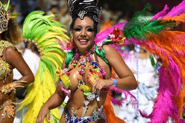Танцовщина кандомбе на Уругвайском карнавале