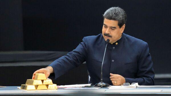 Президент Венесуэлы Николас Мадуро держит золотые слитки  во Дворце Мирафлорес в Каракасе