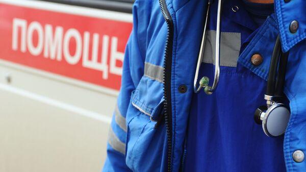 Фонендоскоп на шее врача станции скорой медицинской помощи