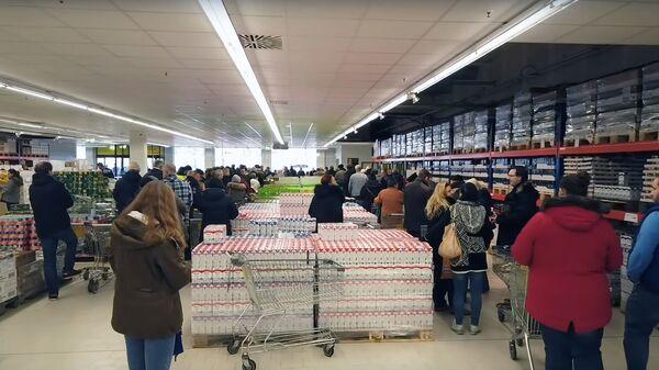 Стоп-кадр видео с изображением посетителей в магазине MERE в Лейпциге