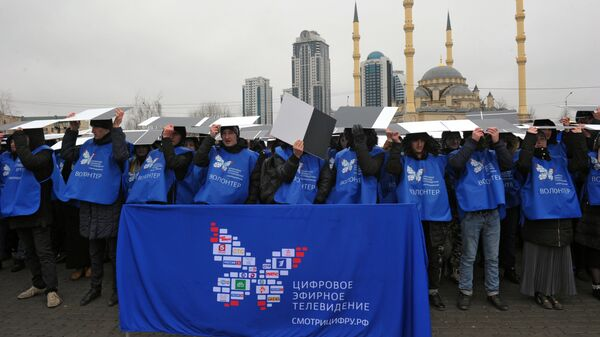 Волонтеры во время флешмоба в Грозном, посвященного отключению аналогового телевещания. 9 февраля 2019