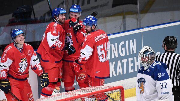 Хоккеисты сборной Чехии радуются заброшенной шайбе в ворота финской сборной