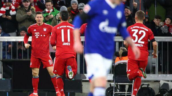 Футболисты Баварии радуются забитому мячу в ворота Шальке