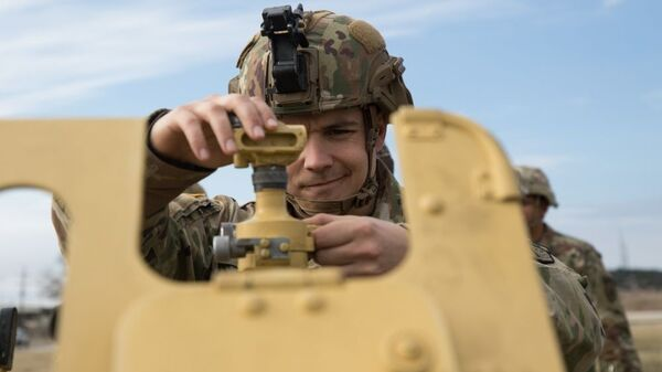 Американские военные тренируются стрелять из советской пушки Д-30